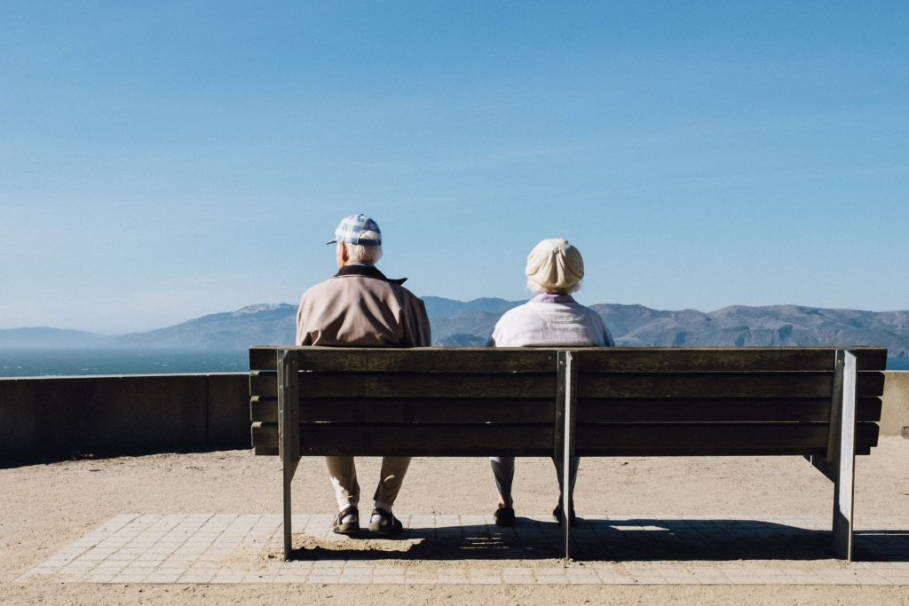 """alt=""""pareja descansando durante su jubilación""""/>"""