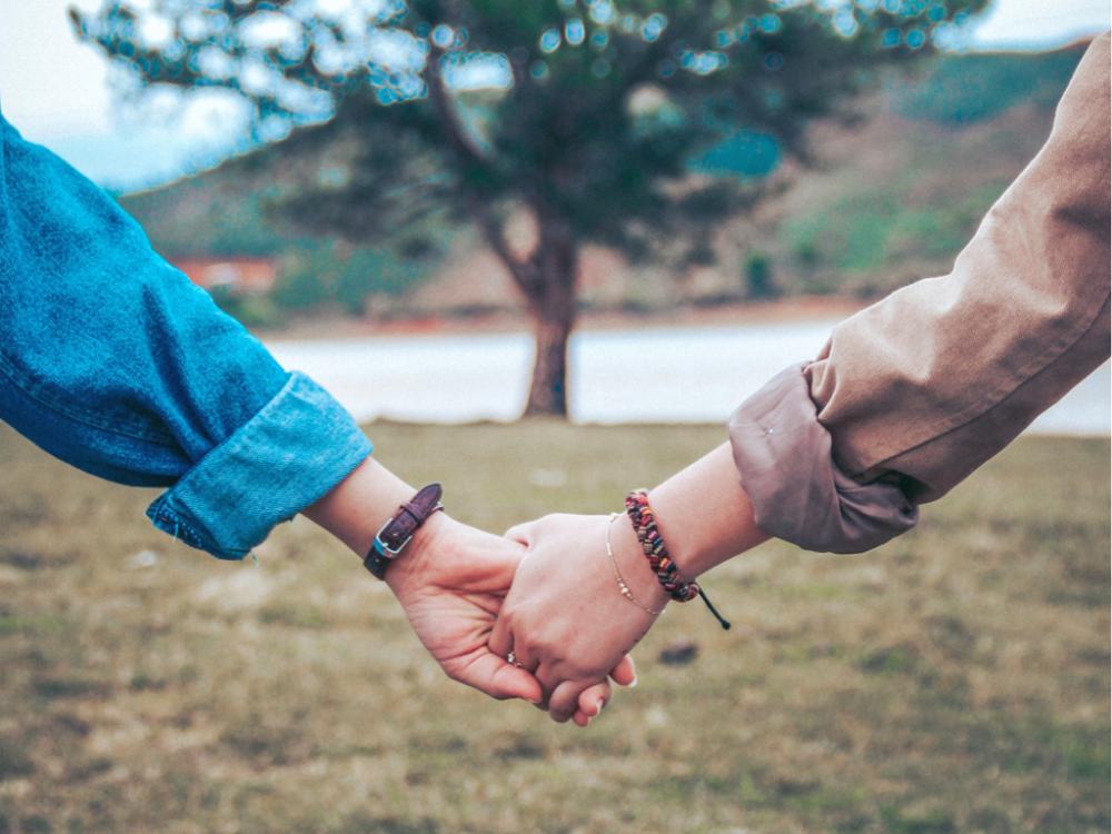 """alt=""""pareja caminando de la mano durante su jubilación""""/>"""