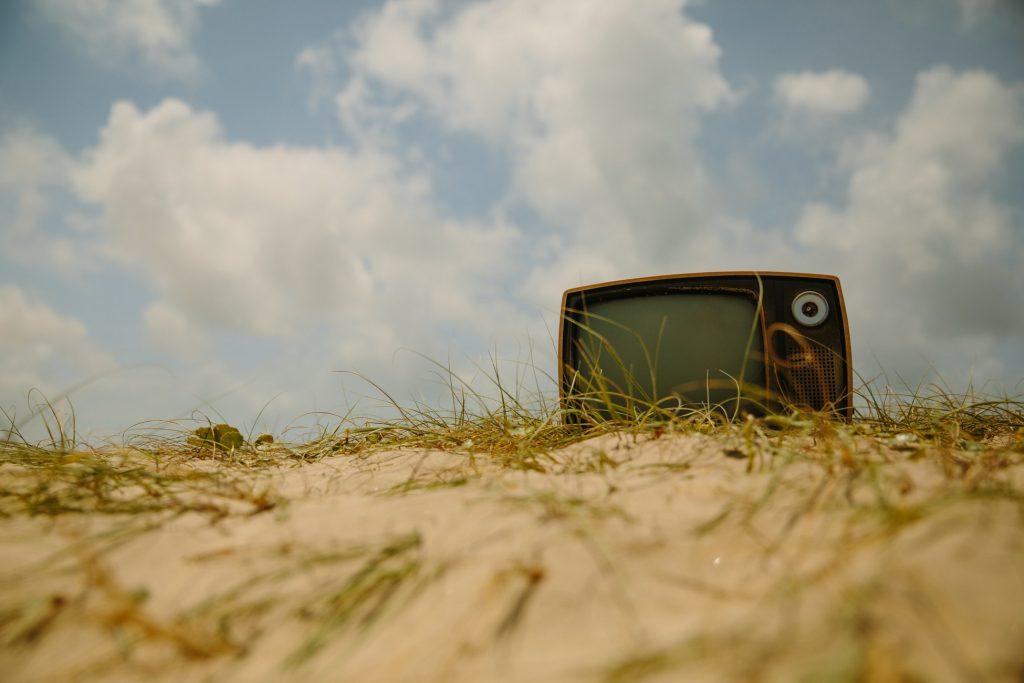 "alt=""televisor abandonado en la playa""/>"