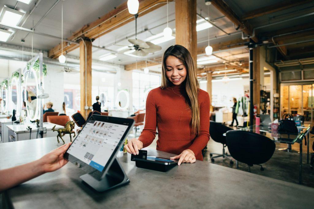 Persona generando una deuda con tarjeta de crédito.