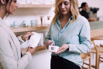 """alt=""""mujer pagando una compra con tarjeta de crédito""""/>"""