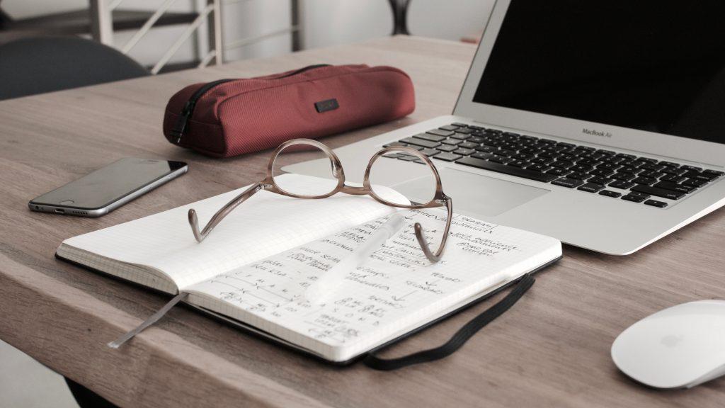 mesa con libreta para crear presupuestos